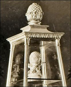 Diamond Trellis Egg in Maria Feodorovna's Exhibit Case, 1902 von Dervis Mansion Venue, St. Petersburg, Russia (Archival Photograph)