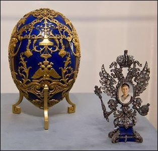 (3) Tsesarevich Egg with Modern Replica Stand in the 2012-2016 Traveling Pratt Collection (Courtesy Detroit Institute of Arts)