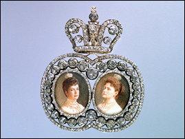 Portrait badge of Dowager Empress Maria Feodorovna and Empress Alexandra Feodorovna (1894-1917). Presented to Countess E. P. Sheremeteva in 1912. Courtesy Hillwood Estate, Museum and Garden.