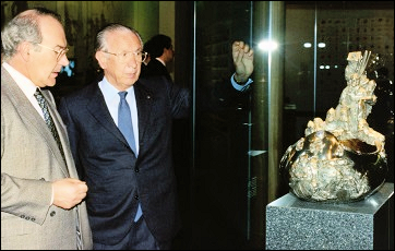 José Antonio Ardanza Garrodu, President of the Basque Country, and Juan Antonio Samaranch, 7th President of the International Olympic Committee (IOC) viewing the Fabergé Kovsh at the Olympic Museum, March 16, 1994. (Photographs ©IOC/Jean-Jacques Strahm)